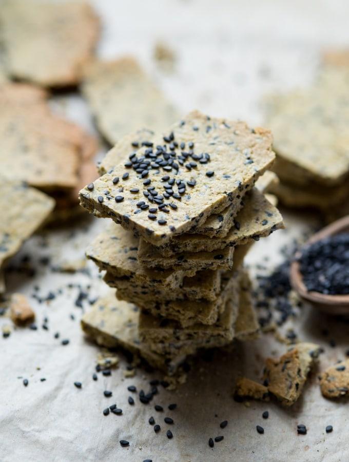 Hummus-Kräcker mit Kreuzkümmel und schwarzem Sesam