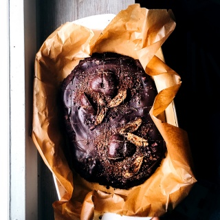 Kürbis-Brownies mit bunt verzierter Schoko-Glasur