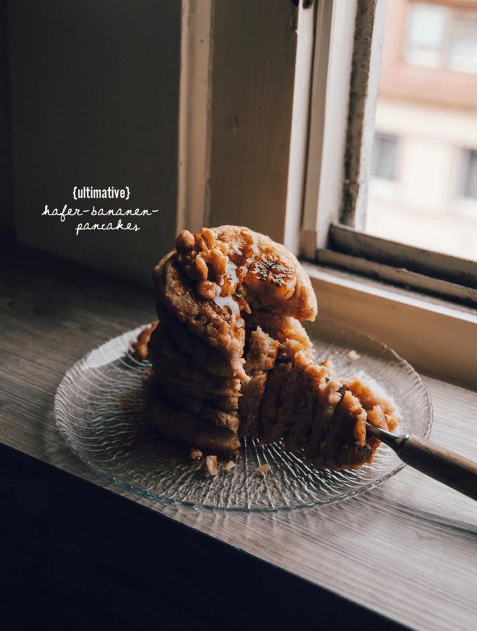 Ultimative Hafer-Bananen-Pancakes mit Ahornsirup und Walnüssen