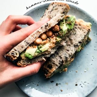 Pimp my Pausenbrot! Hummus-Stulle mit Avocado und gekräuterten Kichererbsen