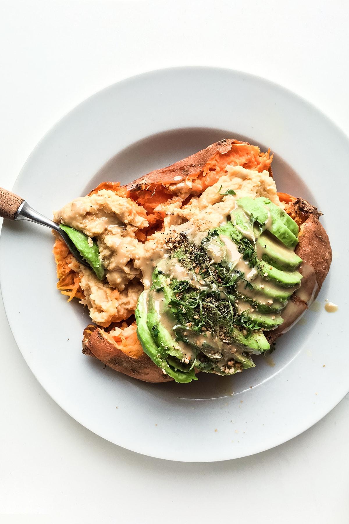 suesskartooffel-mit-hummus-und-avocado-2