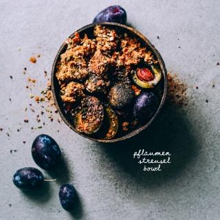 Pflaumen-Streusel Bowl aka spätsommerliches Oatmeal mit Pflaumen und Zimt-Streuseln (no-bake)