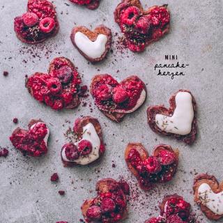Mini Pancake-Herzen mit fruchtiger Chia-Marmelade (zuckerfrei)